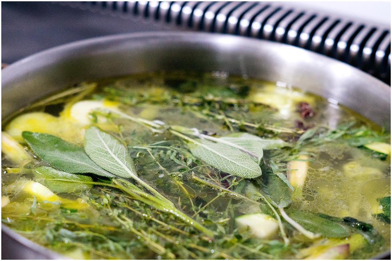 Sopa de invernalia. Plantas aromáticas en la olla