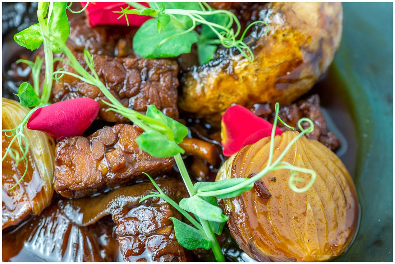 Tempeh con cebolla francesa y hongos. de cerca